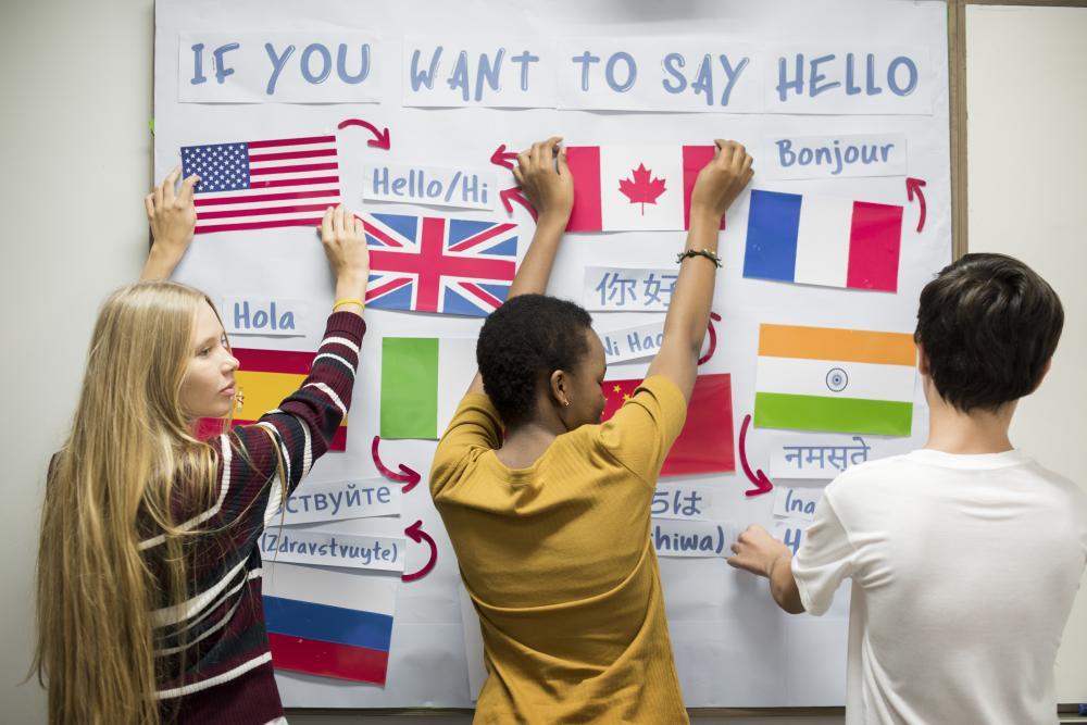 """Etudiant qui affiche les traductions dans plusieurs langues de """"Bonjour"""""""